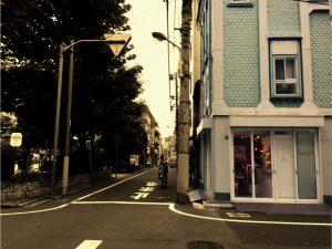 052_青い壁の店